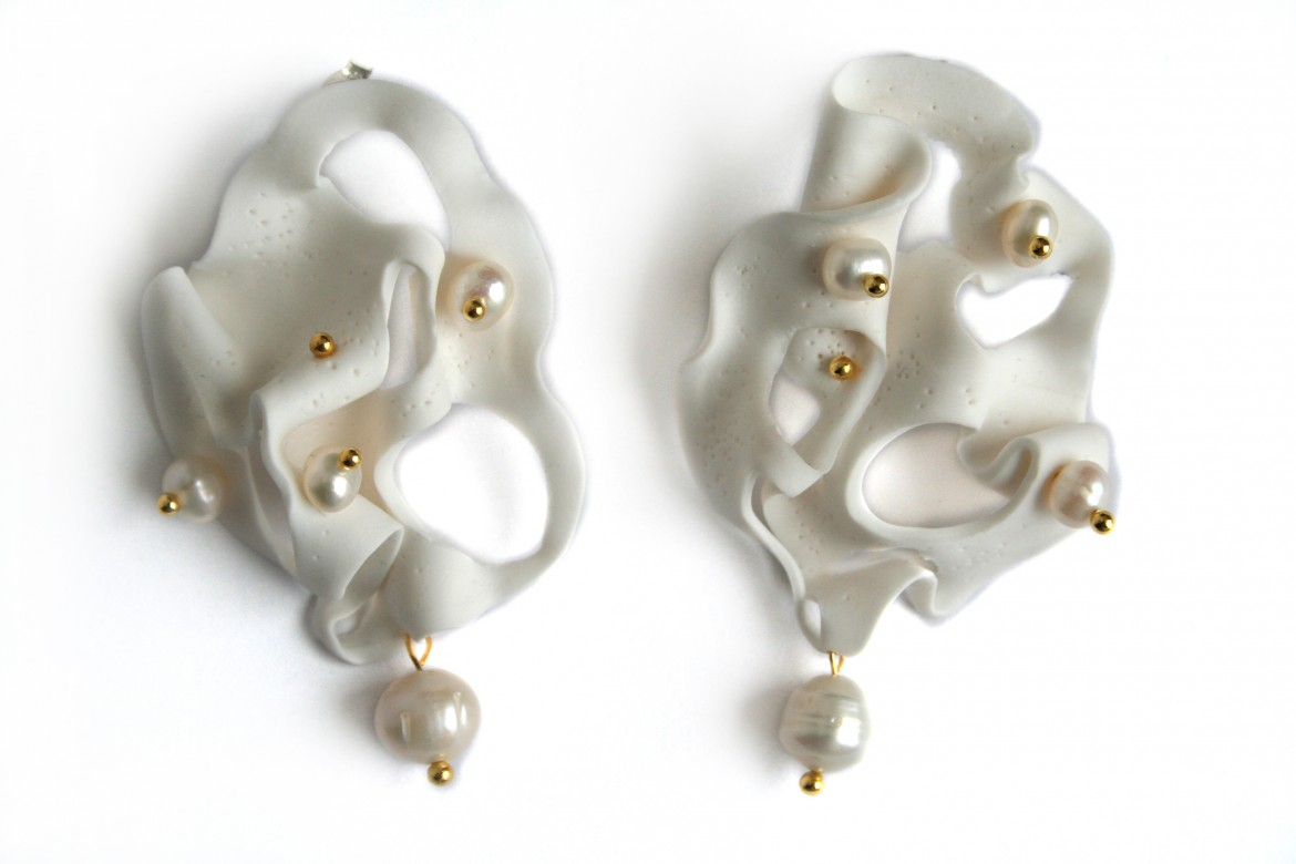 white-spheres-gold-chain-expression